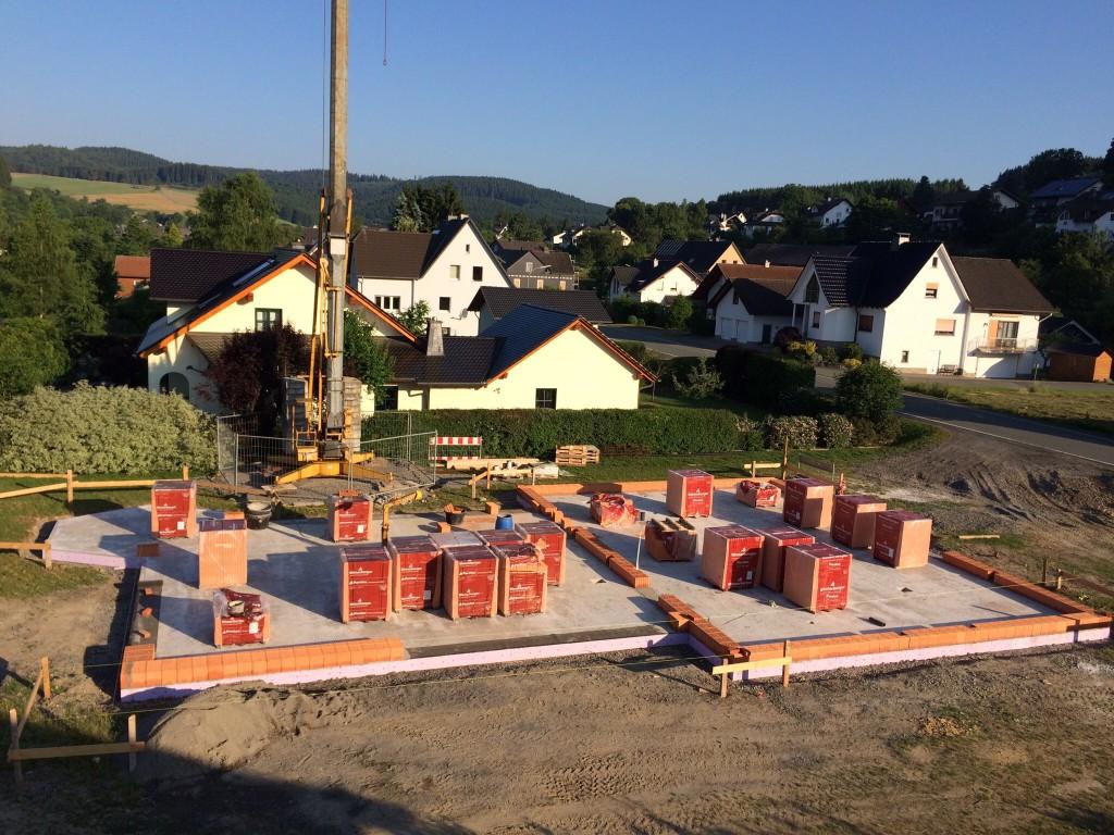 Mauern mit Wienerberger Planziegeln T12, hier wird die erste Reihe in Speis gestetzt, bevor's ans Kleben geht
