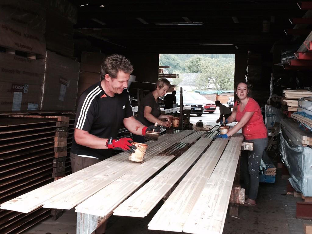 Viele Hände, schnelles Ende. Schalung für 440 qm Dachfläche sind zu streichen, das sind so einige Bretter…..