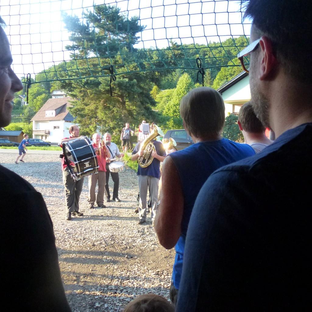 Die Sauerlandmusikanten marschieren mit Pauken und Trompeten zum Richtfest auf