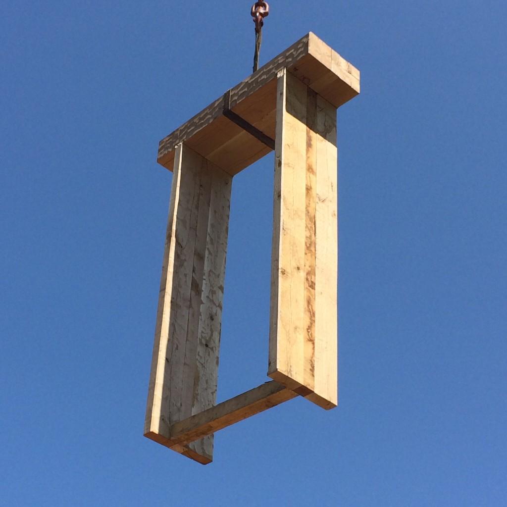Da das Eiche Holz so verdammt schwer ist, haben wir den Rahmen gleich mit dem Baukran eingebaut